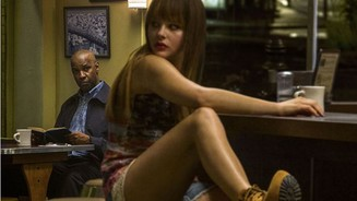<b>The Equalizer</b><br>Robert McCall (Denzel Washington) beobachtet im Stillen die Prostituierte Teri (Chloe Grace Moretz)